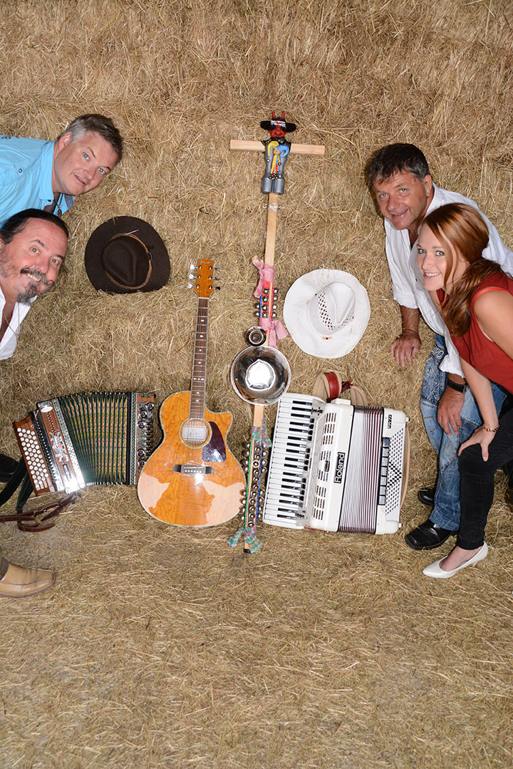 Servus Partyband Impressionen - Band und Zubehör im Heu