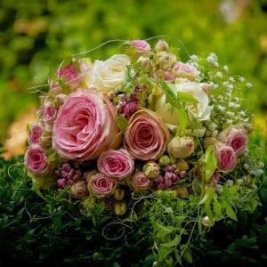Servus Hochzeitsband Impressionen - Brautstrauß mit Bauernrosen