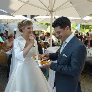Servus Hochzeitsband Impressionen - Brautpaar ißt Hochzeitstorte