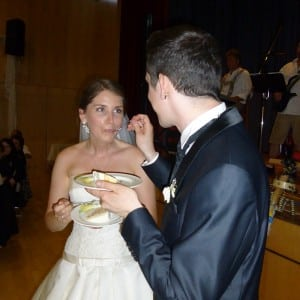 Servus Hochzeitsband Impressionen - Brautpaar mit Hochzeitstorte