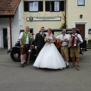 Servus Hochzeitsband Impressionen - Brautpaar mit Markus, Rudi und Django