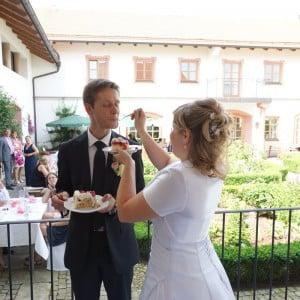 Servus Hochzeitsband Impressionen - Braut füttert Bräutigam