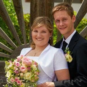 Servus Hochzeitsband Impressionen - junges Paar mit Brautstrauß