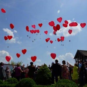Servus Hochzeitsband Impressionen - rote Glückwunsch-Ballonherzen