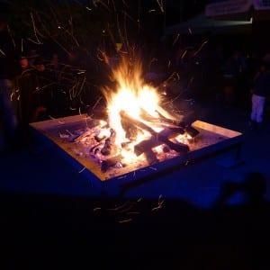 Servus Hochzeitsband Impressionen - Lagerfeuer bei Nacht