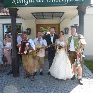 Servus Hochzeitsband - Impressionen - Brautpaar mit Band