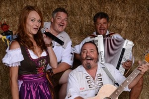 Servus Partyband - Markus, Julia, Django und Rudi in Tracht