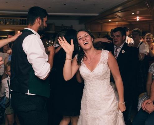 Hochzeitsimpressionen - winkende Braut