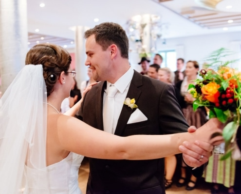 Hochzeitsimpressionen - Brautpaar tanzt